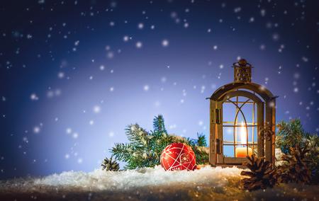 Linterna ardiente en la nieve. Fondo de Navidad Foto de archivo - 78446622