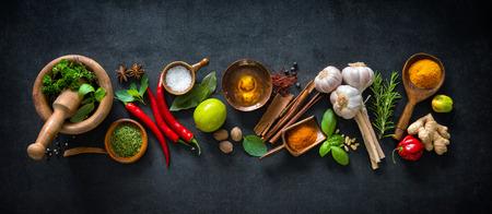 Diverse kruiden en specerijen op donkere achtergrond
