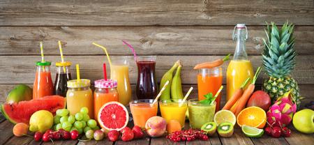 Various freshly squeezed fruits and vegetables juices 版權商用圖片 - 82270074