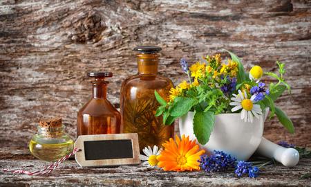 Bouteilles de teinture et herbes curatives dans le mortier sur une table en bois. Phytothérapie. Plantes médicinales Banque d'images - 82270202