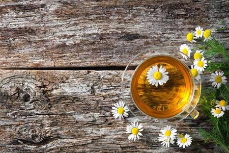 Puchar herbaty lecznicze rumianek na drewnianych