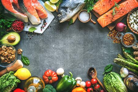芳香のハーブ、スパイスおよび野菜と新鮮な魚の品揃え。バランスの取れた食事や料理のコンセプト