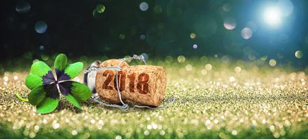Bonne année. Carte de voeux avec trèfle à quatre feuilles et bouchon de champagne Banque d'images - 83368613