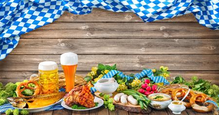 オクトーバーフェスト ビール、プレッツェルと木製の背景に様々 なバイエルン料理 写真素材
