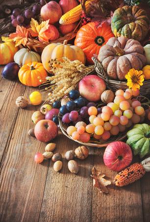 Verduras calabazas y frutas en otoño acción de gracias Bodegón en mesa de madera Foto de archivo - 86540780