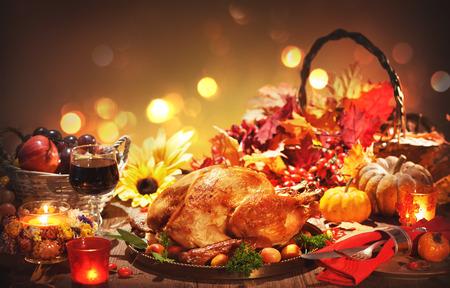 Pavo entero asado en la rústica mesa festiva con decoración de otoño para el Día de Acción de Gracias Foto de archivo