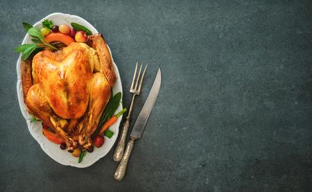 Geroosterde hele kalkoen voor Thanksgiving Day of Kerstmis op stenen tafel Stockfoto