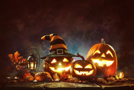Kaars aangestoken Halloween-pompoenen