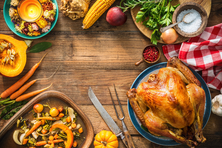 Kerstmis of Thanksgiving kalkoen op rustieke houten tafel Stockfoto