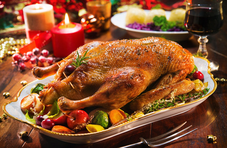 Roast Christmas duck with thyme and apples 版權商用圖片 - 88090952