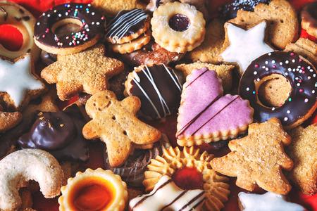 Cerca de las cookies mixtas de Navidad como fondo