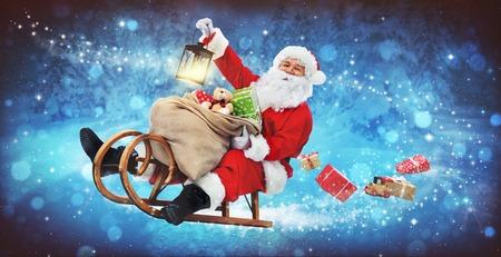 Babbo Natale sulla sua slitta con una borsa piena di regali di Natale Archivio Fotografico - 90057887
