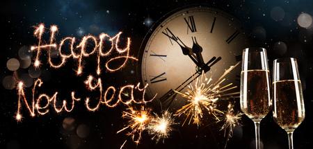 New Years Eve viering achtergrond. Roosteren met vuurwerk en champagne om middernacht Stockfoto
