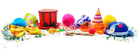 Bunter Geburtstags- oder Karnevalshintergrund mit den Partyfeldern getrennt auf Weiß. Festlichkeitskonzept Standard-Bild
