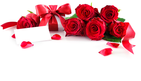 Blumenstrauß von roten Rosen und von Geschenkbox mit dem leeren Tag lokalisiert auf weißem Hintergrund. Valentinstag, Muttertag, alles Gute zum Geburtstag, Jahrestag, Hochzeitskonzept Standard-Bild