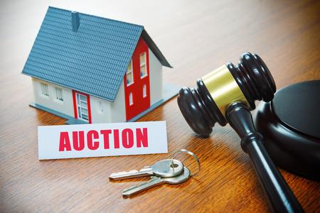 Dom z młotkiem. Wykluczenie, nieruchomości, sprzedaż, aukcja, biznes, koncepcja zakupu