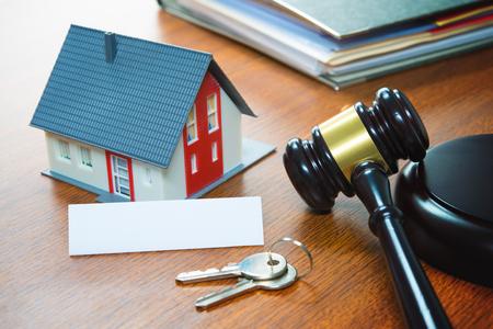 Dom z młotkiem. Wykluczenie, nieruchomości, sprzedaż, aukcja, biznes, koncepcja zakupu Zdjęcie Seryjne