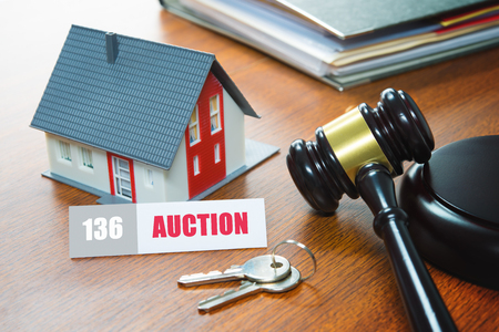 House with a Gavel. Foreclosure, real estate, sale, auction, business, buying concept Banque d'images - 95318725