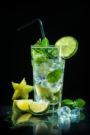 Mojito cocktail with fresh lime and mint on dark background Фото со стока - 95312835