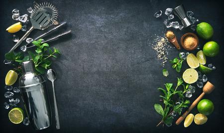 Mojito-cocktail maken. Munt, limoen, ijsingrediënten en keukengerei Stockfoto
