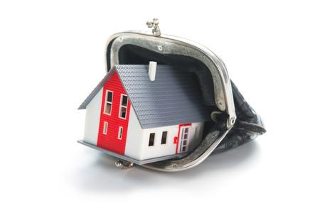 concept de l & # 39 ; épargne . maison en portefeuille en cuir isolé sur fond blanc