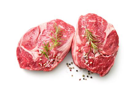 verse ruwe rib eye steaks geïsoleerd op een witte achtergrond, bovenaanzicht Stockfoto