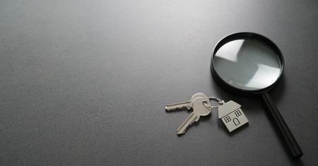 Szukam nowego domu. Wyszukiwanie mieszkania. Pojęcie nieruchomości Zdjęcie Seryjne