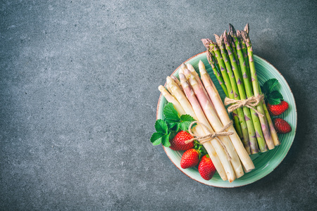Green and white fresh asparagus with strawberries Stock Photo - 99972011