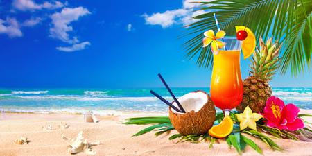 Cócteles exóticos servidos en la playa. Concepto de vacaciones de verano