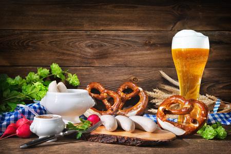 Saucisses bavaroises avec bretzels, moutarde douce et bière sur table en bois rustique. Menu de l'Oktoberfest