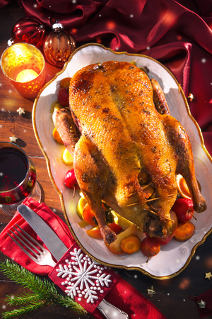 Baked Christmas duck with thyme and apples Foto de archivo - 107317141