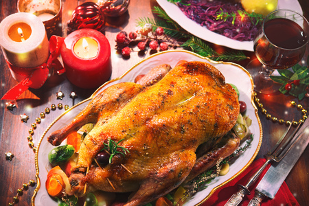 Baked Christmas duck with thyme and apples Foto de archivo - 107317147