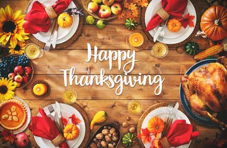 Obchody Święta Dziękczynienia tradycyjny obiad ustawienie koncepcja posiłku z tekstem Happy Thanksgiving