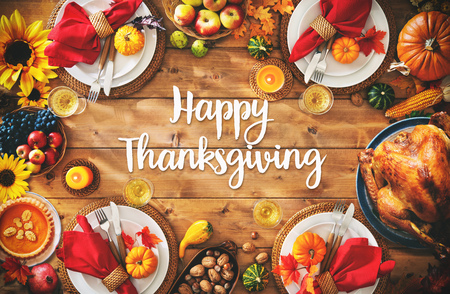 Thanksgiving celebration traditional dinner setting meal concept with Happy Thanksgiving text Banco de Imagens - 108473326