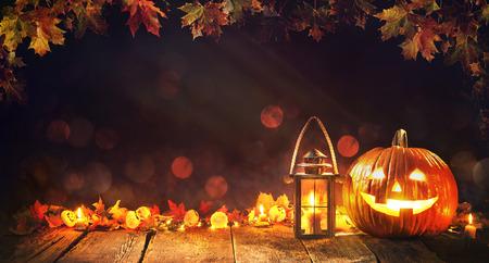 Calabaza de halloween con linterna en madera vieja Foto de archivo - 109028511