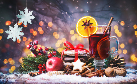 Christmas mulled red wine with spices and fruits on a wooden rustic table. Traditional hot drink at Christmas time Foto de archivo - 109828114