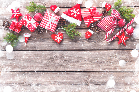 Christmas background with decorations and gift boxes on wooden board Foto de archivo - 111448513