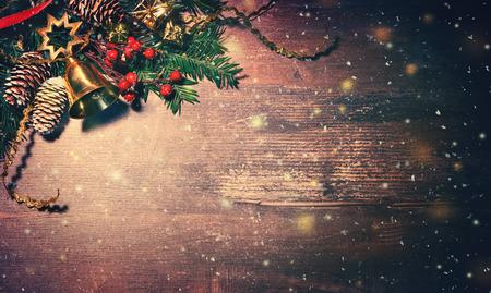 Fondo de Navidad con abeto y decoración en tablero de madera oscura.