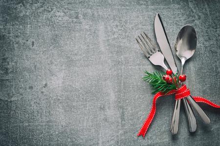 Christmas dinner table place setting Foto de archivo - 111764334