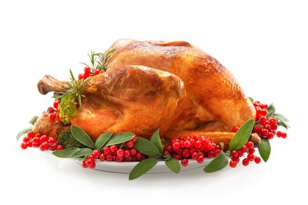 Weihnachten oder Thanksgiving-Truthahn garniert mit roten Beeren und Salbeiblättern isoliert auf weiß Standard-Bild