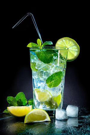 Mojito cocktail with fresh lime and mint on dark background Фото со стока - 117666730