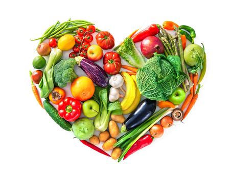 Herzform durch verschiedenes Gemüse und Obst. Gesundes Lebensmittelkonzept. Isoliert auf weißem Hintergrund