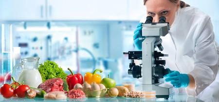 Experto en control de calidad alimentaria inspeccionando muestras de comestibles en el laboratorio Foto de archivo