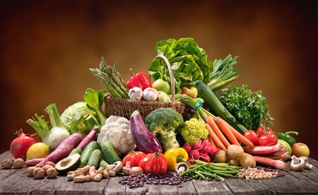 Assortiment de fruits et légumes biologiques frais dans un panier en osier. Banque d'images