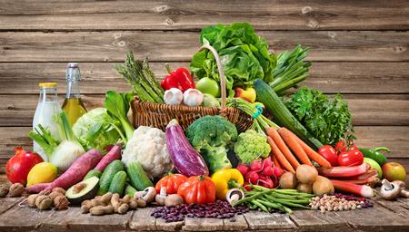 Assortiment de fruits et légumes biologiques frais dans un panier en osier. Sélection d'aliments biologiques pour une alimentation saine Banque d'images