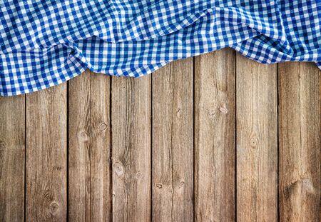 Oktoberfest tło ramki z bawarskim białym i niebieskim obrusem na rustykalnej drewnianej desce