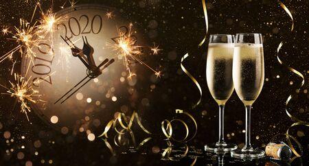 Célébration du Nouvel An avec feu d'artifice et champagne à minuit