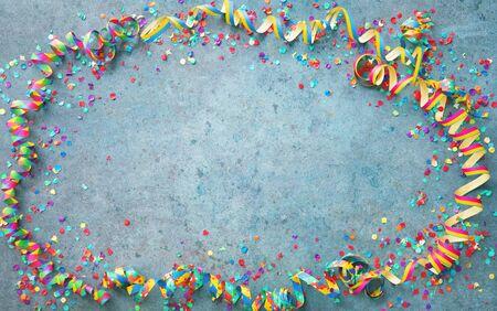 Fondo festivo de carnaval o fiesta de cumpleaños con serpentinas de colores y confeti