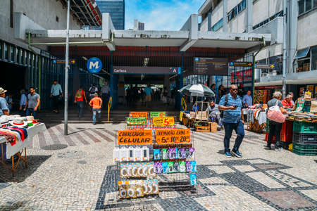 Street sellers in downtown Rio de Janeiro selling items such as electronics, books, food and clothes Banco de Imagens - 110653264