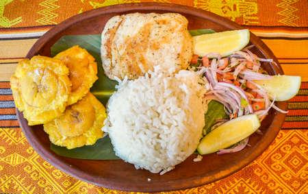 Los llapingachos son pasteles de papa fritos que se originaron en Ecuador. Por lo general, se sirven con salsa de maní. Foto de archivo